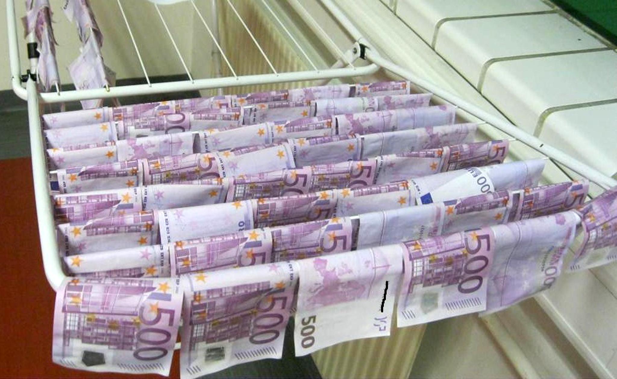Ruhaszárítón lóg a Dunában talált százezer euró