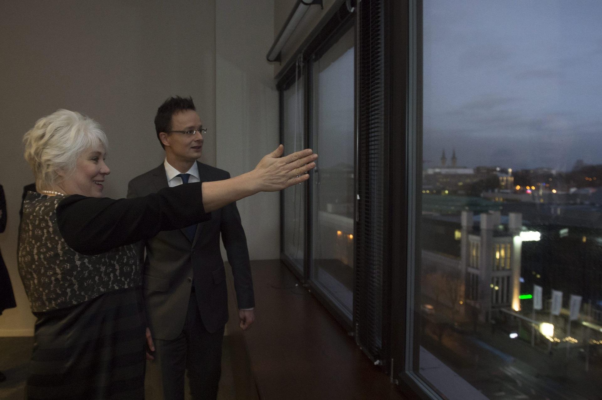 Szijjártónak bemutatták az észt ablakot