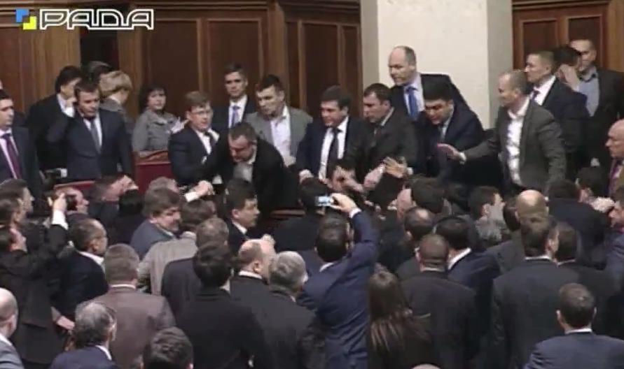 Miniszterelnöki beszámoló közben tört ki verekedés az ukrán parlamentben