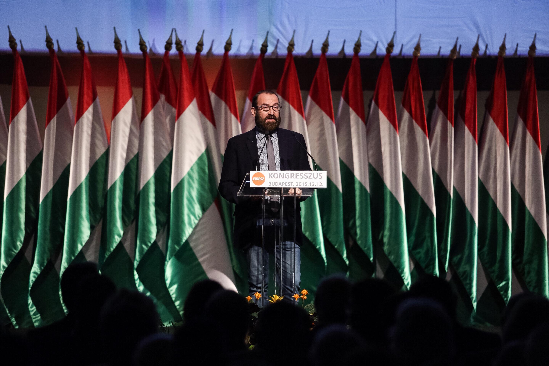 A magyar közélet ideálja: az önmagát akárhányszor szemen köpő, meghasonlott ember