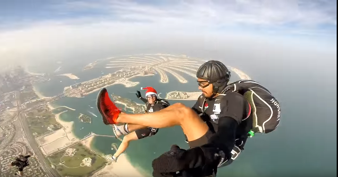 Hihetetlenül jól néz ki egy dubaji ejtőernyős verseny a levegőből