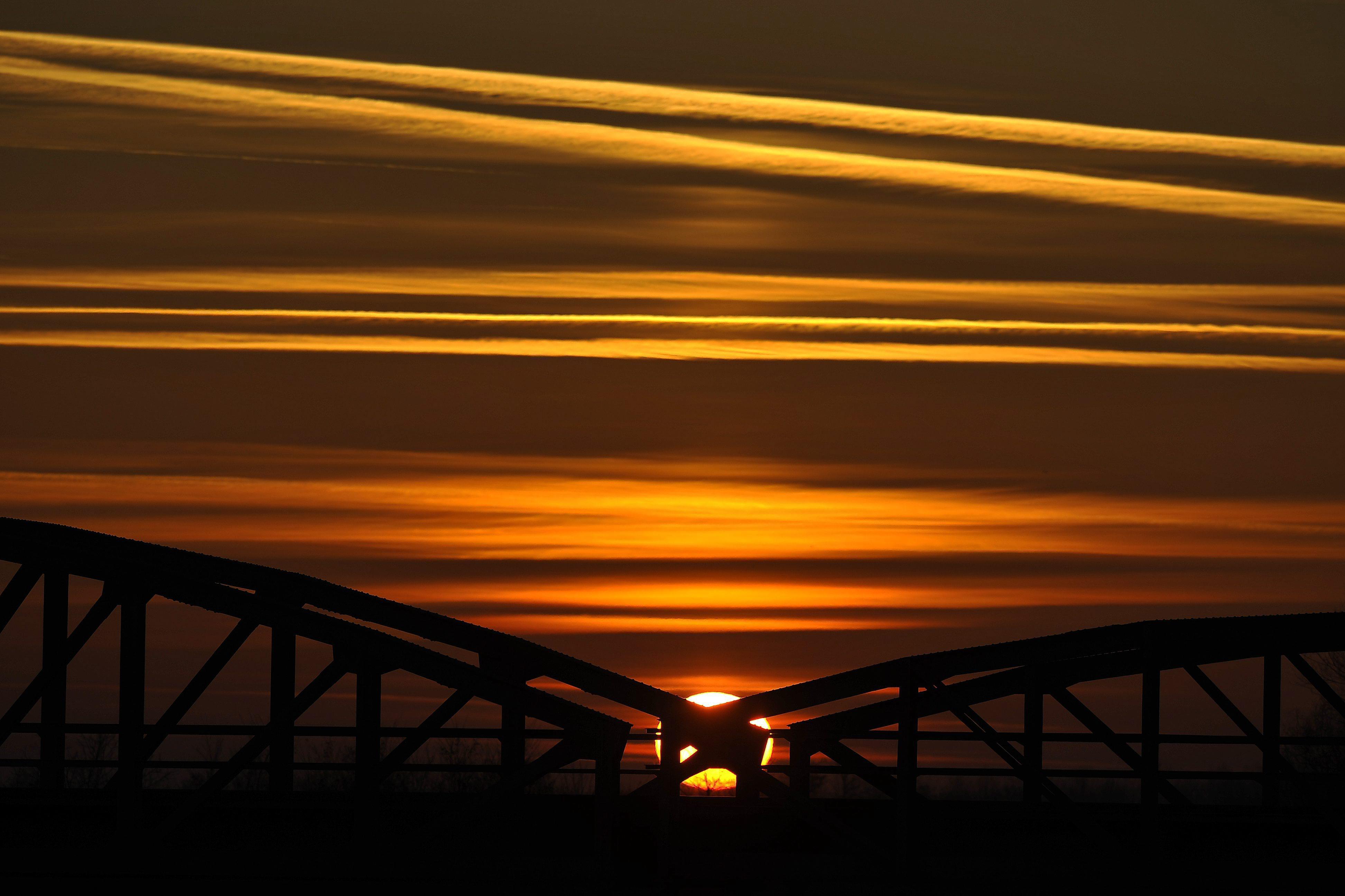 Oravecz-idézetért kiáltó képet hozott össze a vasúti híd és a Nap Pocsajon