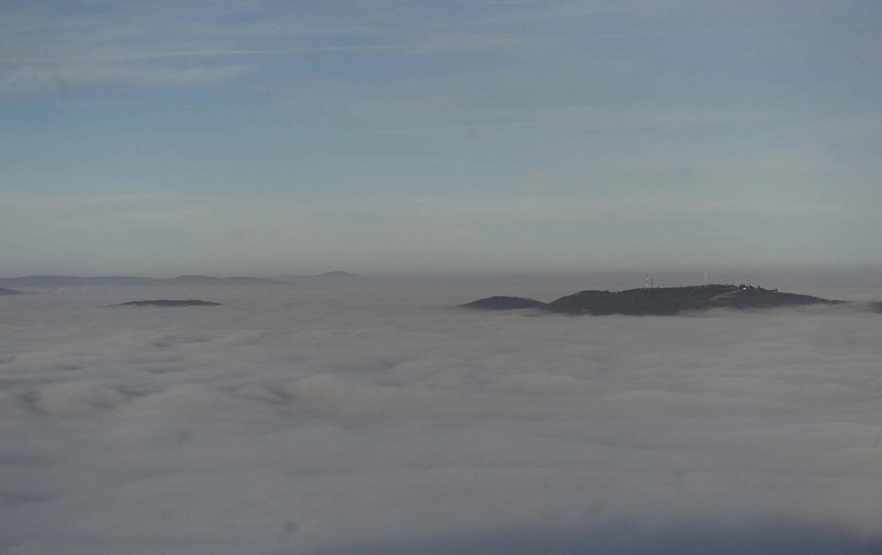 Ködtengeren úszó szigetnek tűnt ma a Hármashatár-hegy