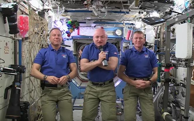 Mindenkinek boldog új évet kívánnak a súlytalanságban lebegő űrhajósok