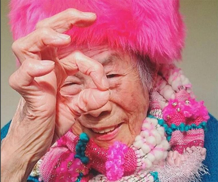 Egy 93 éves jókedvű japán nagyi tarol az Instagramon