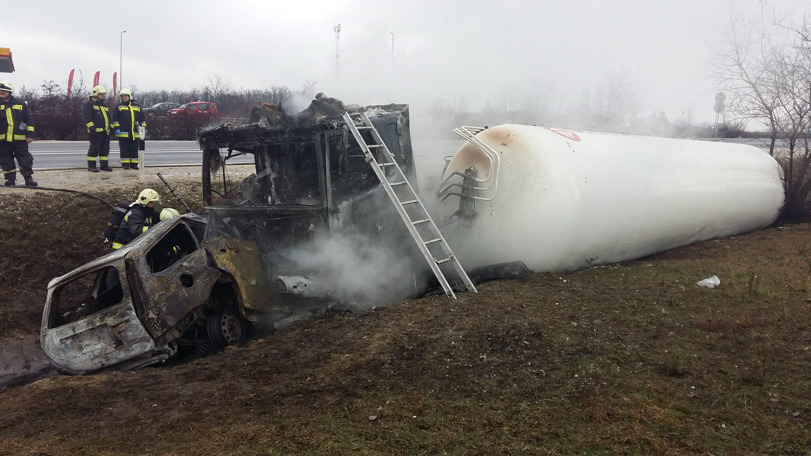 Felborult egy nitrogént szállító tartályautó az M2-esen