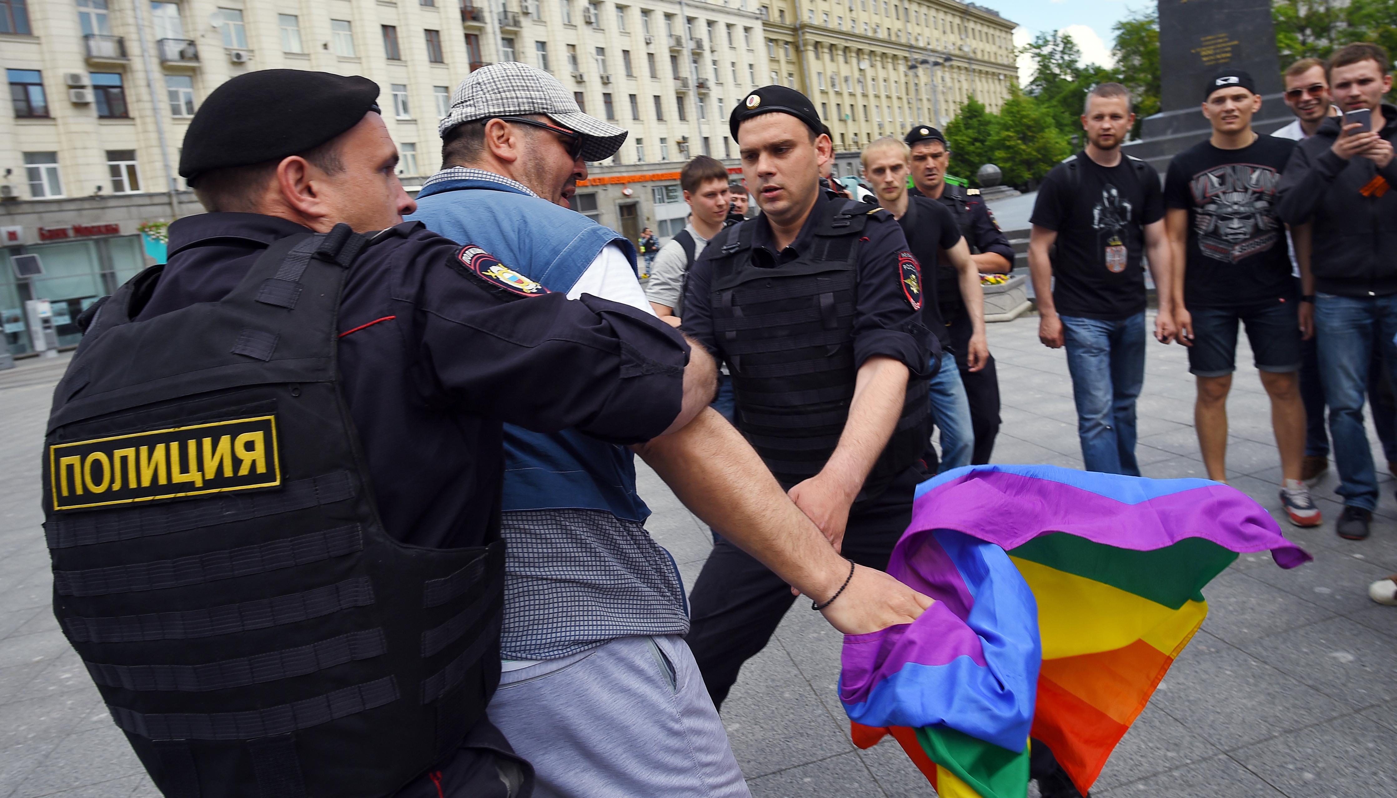 Jöhet az új orosz törvény: két hét fogda egyneműek csókjáért