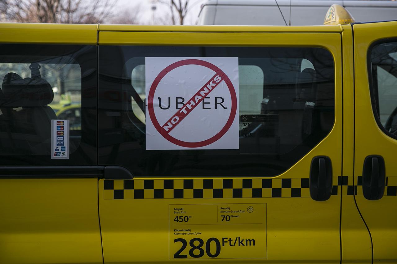 Akár 100 millió dollárt is fizet az Uber, csak hogy ne kelljen elismernie a sofőrjeit munkavállalókként