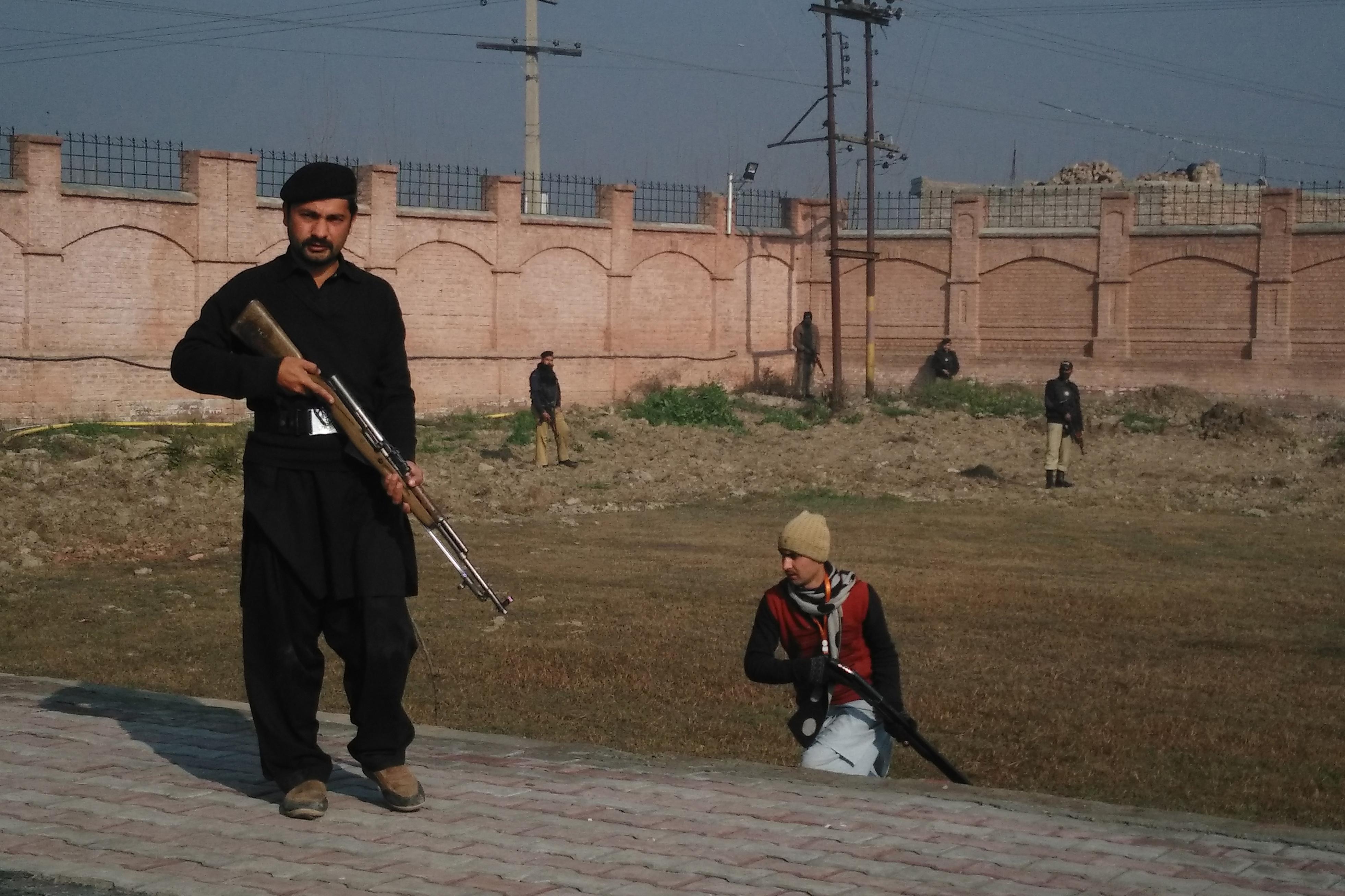 Fegyveresek támadták egy pakisztáni egyetemre