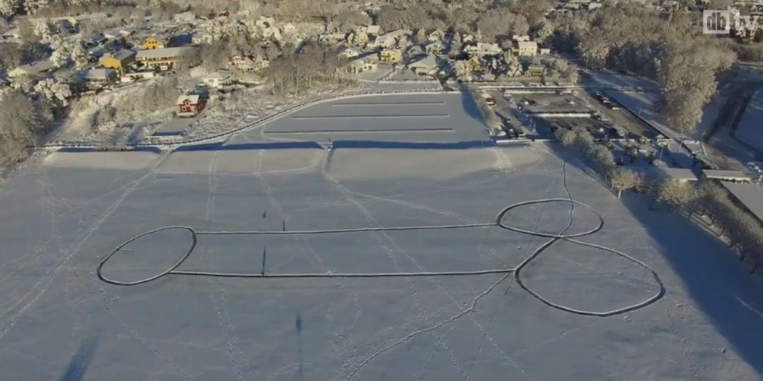 Svédországban sikerült eltüntetni a jégbe rajzolt faszt, de egy még nagyobb készült rögtön cserébe
