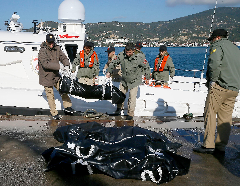 Több tucat embert halt meg az Égei-tengeren, mikor felborult két csónak
