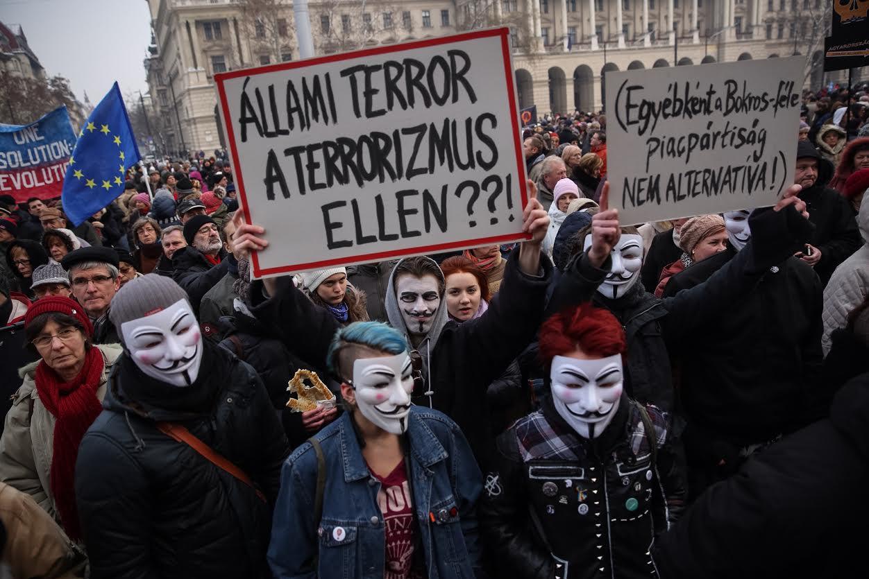 Ezren tüntetnek Bokros Lajos felhívására a terrorvészhelyzetes alaptörvény-módosítás ötlete miatt