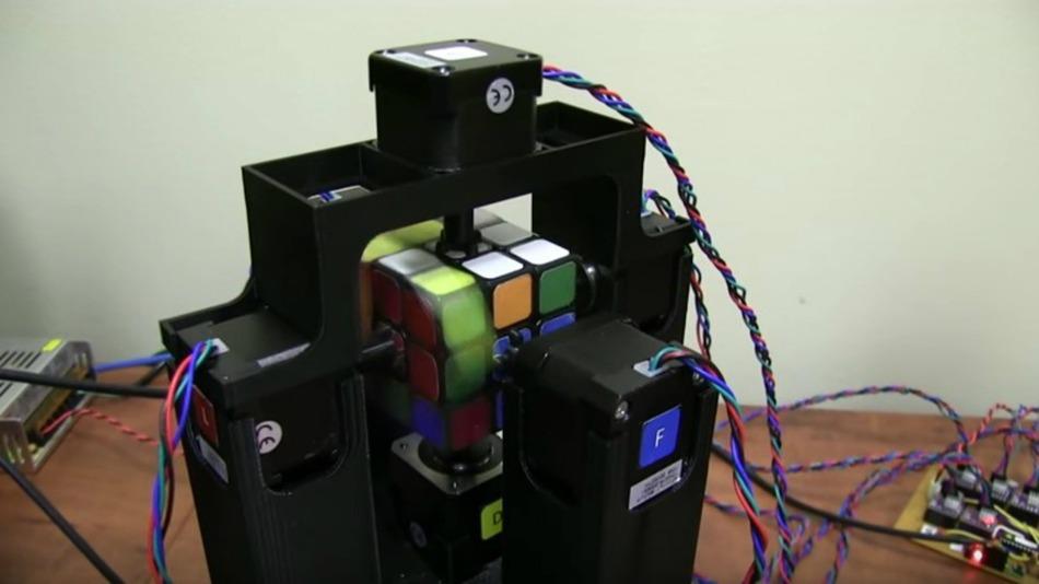 Megjött a robot, ami egy másodperc alatt rakja ki a Rubik-kockát