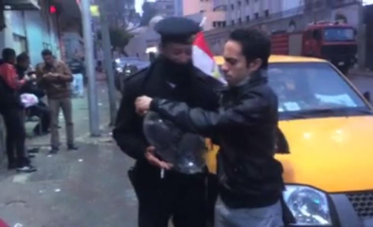 Óvszerből fújt lufival tréfáltak, ezért letartóztattak két egyiptomit