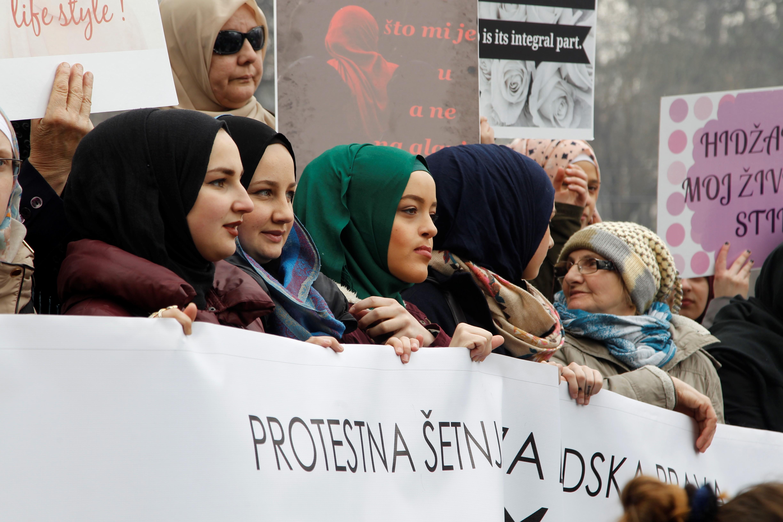 Kétezer fejkendős nő tüntetett a fejkendő betiltása ellen Boszniában