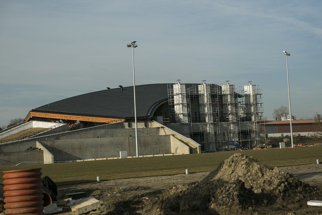 Épül a 3,1 milliárdos, Makovecz-stílusú kazánház Felcsúton, hogy végre füthetők legyenek az edzőpályák