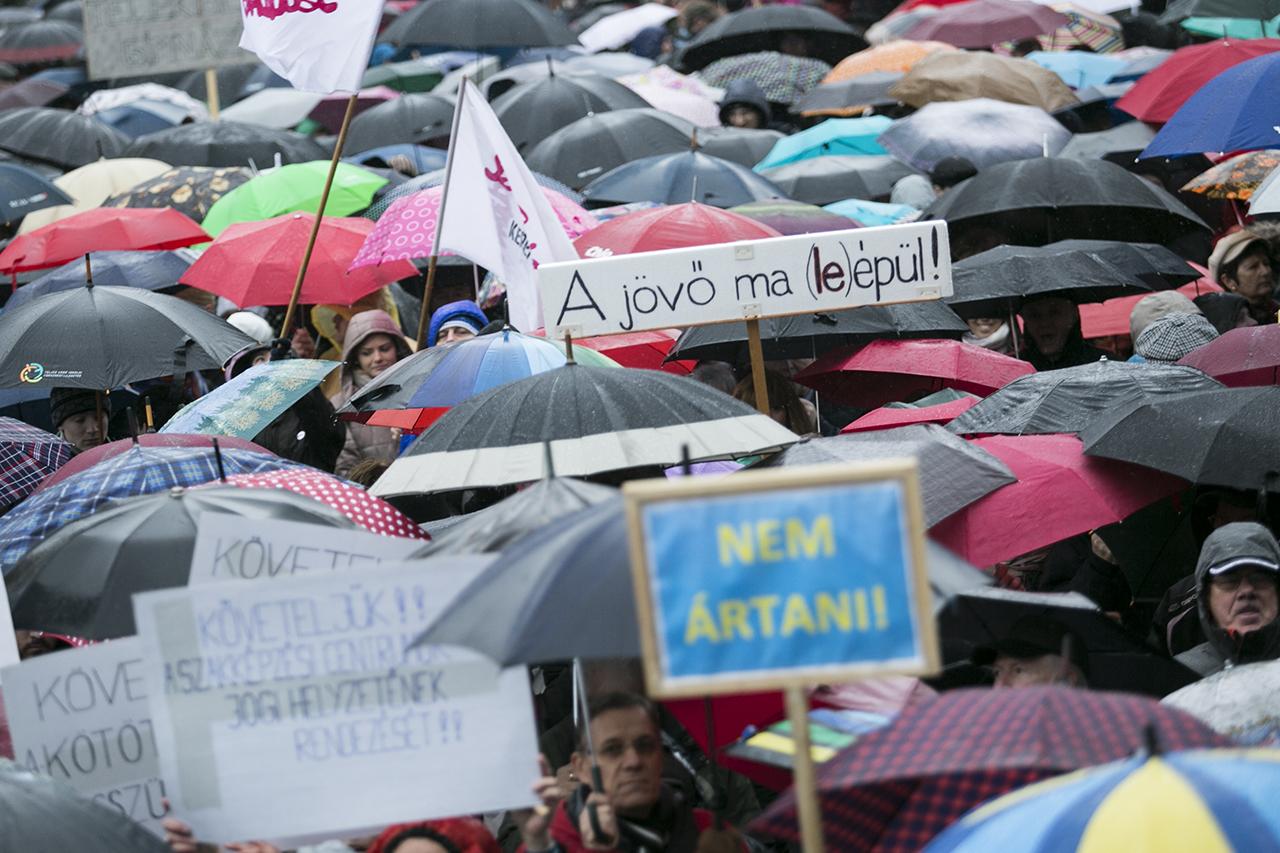 Sokezren üzenték néma csendben a Kossuth téren, hogy betelt a pohár