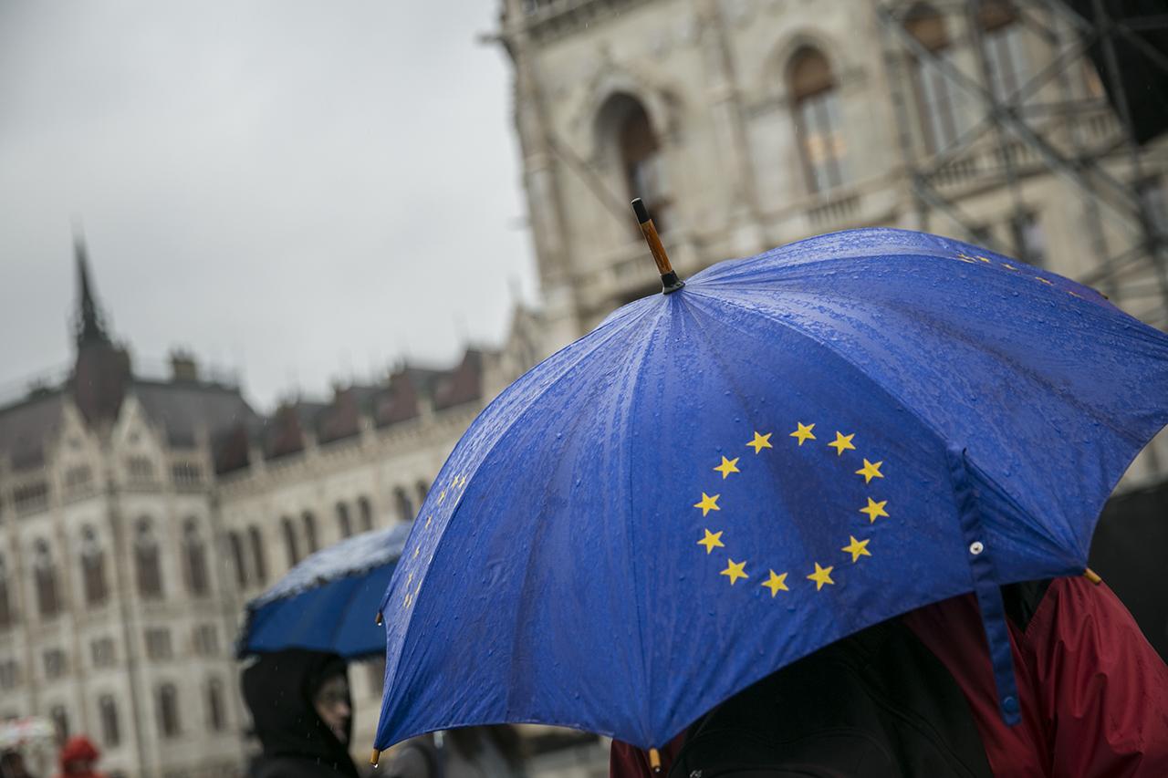 Itt az új szabály, amivel elvehetik az EU-s pénzt a korrupt és önkényeskedő országoktól