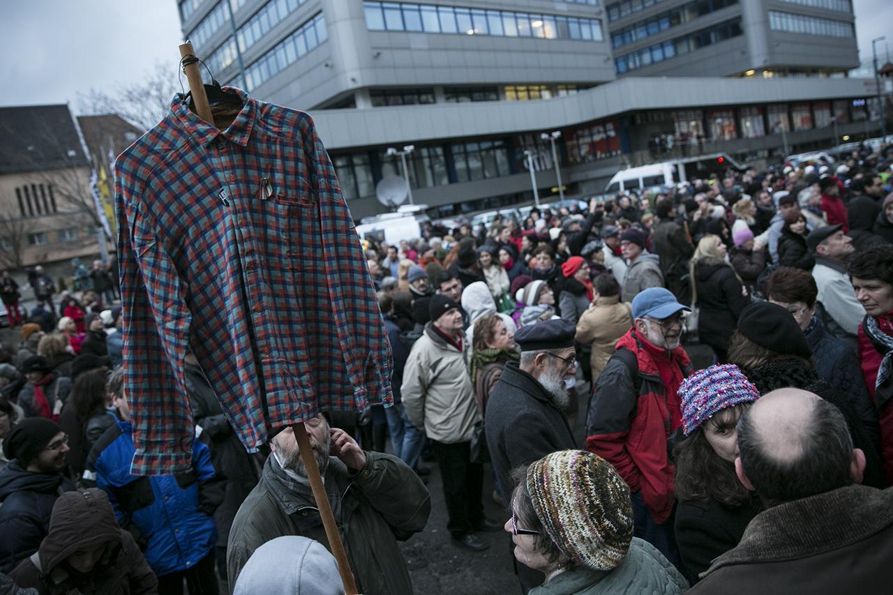 Több százan álltak ki a zuglói Teleki Blanka Gimnázium megtámadott igazgatója mellett