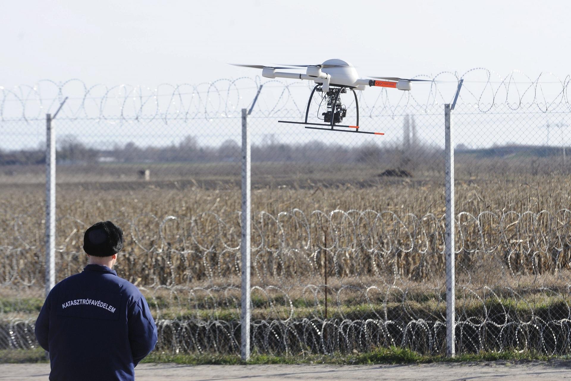 A katasztrófavédelem drónnal figyeli a kerítés szerb oldalán sétáló menekülteket