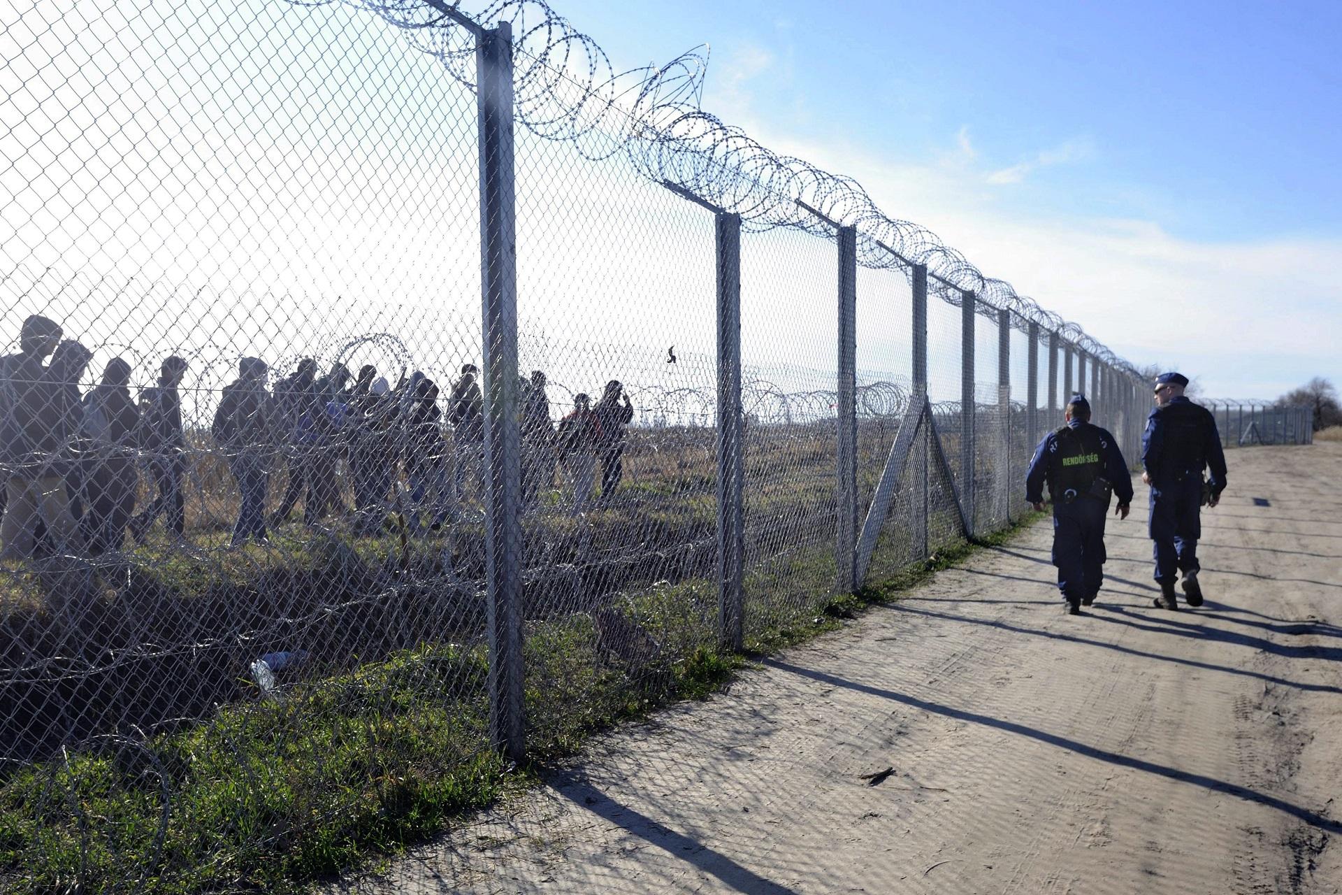 Erőszakosan próbáltak meg átjutni illegális határátlépők Mórahalomnál