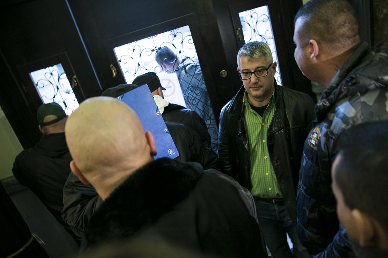 Végignézték a rendőrségen a Választási Irodánál készült videókat, majd megkérdezték, hogy tud-e személyleírást adni a kopaszokról