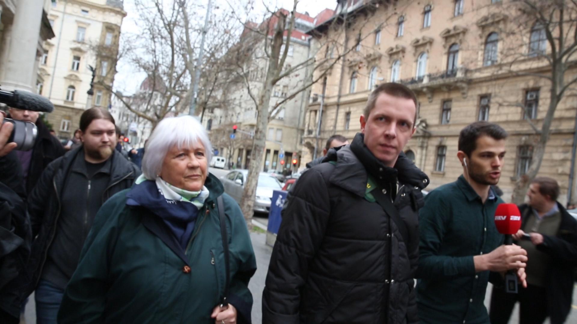 Osztálytársak voltak a fideszes-fradista Kubatov titkára és a tegnap a Népszavazó Nénit kísérgető fiatalember
