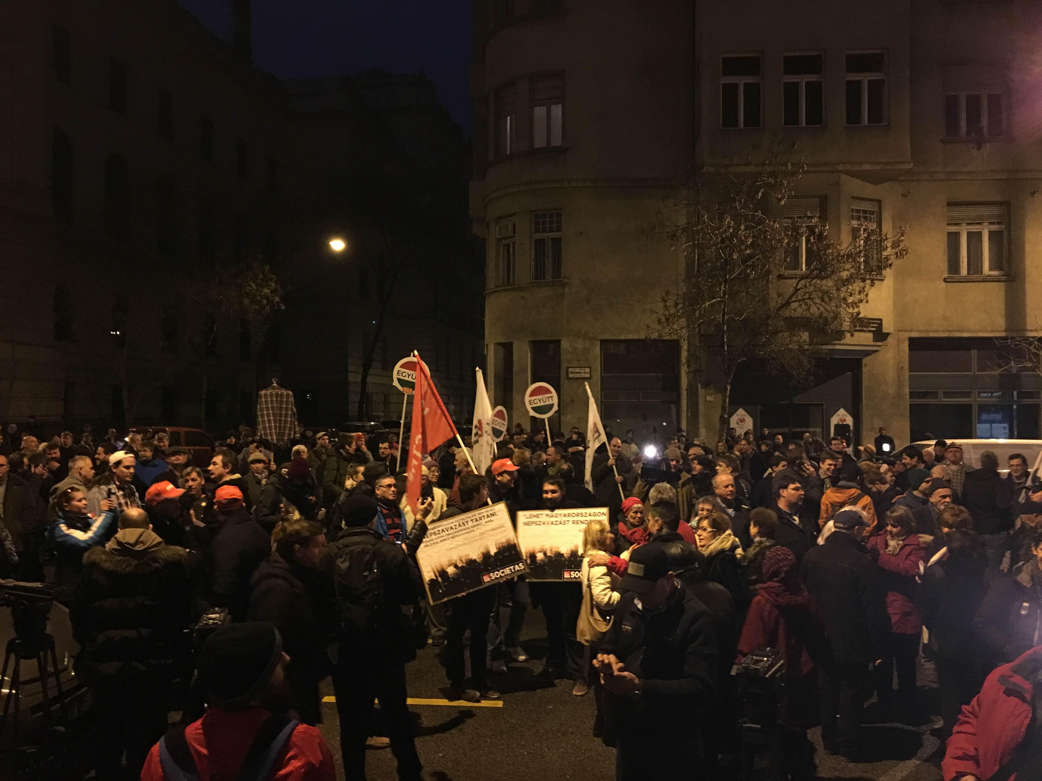Százak tüntetnek a Nemzeti Választási Iroda épülete előtt