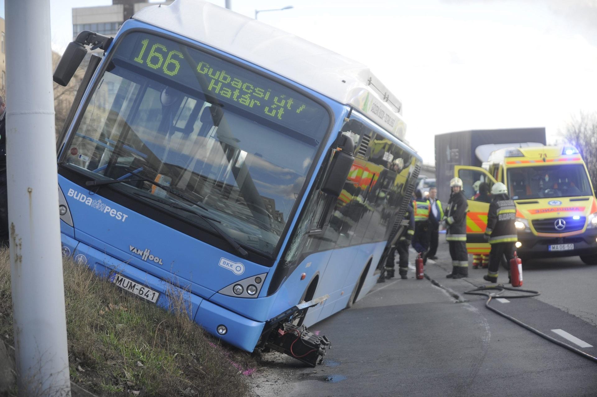 Összetört a 166-os BKV-busz