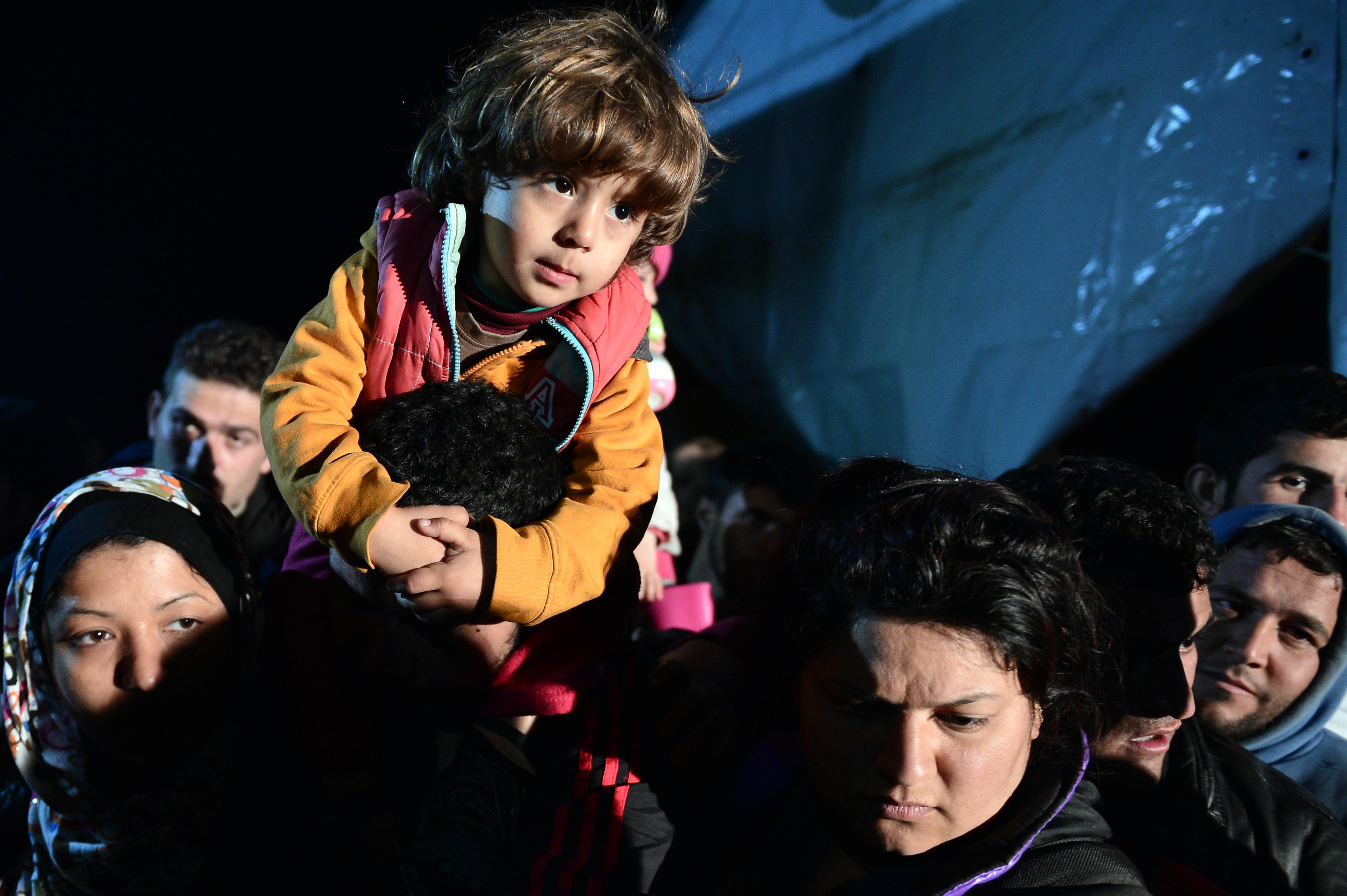 Vasárnap éjféltől minden menekültet visszatoloncolnak Törökországba
