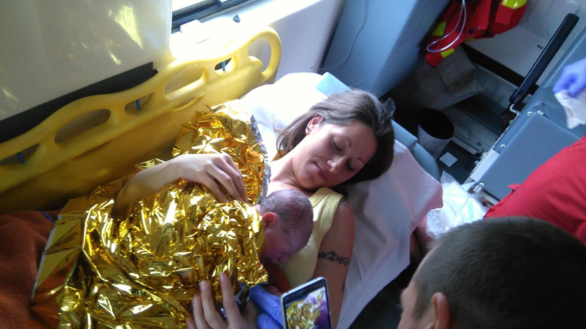 Autóval üldözte a vajúdó feleségét szállító mentőautót Klarissza apukája