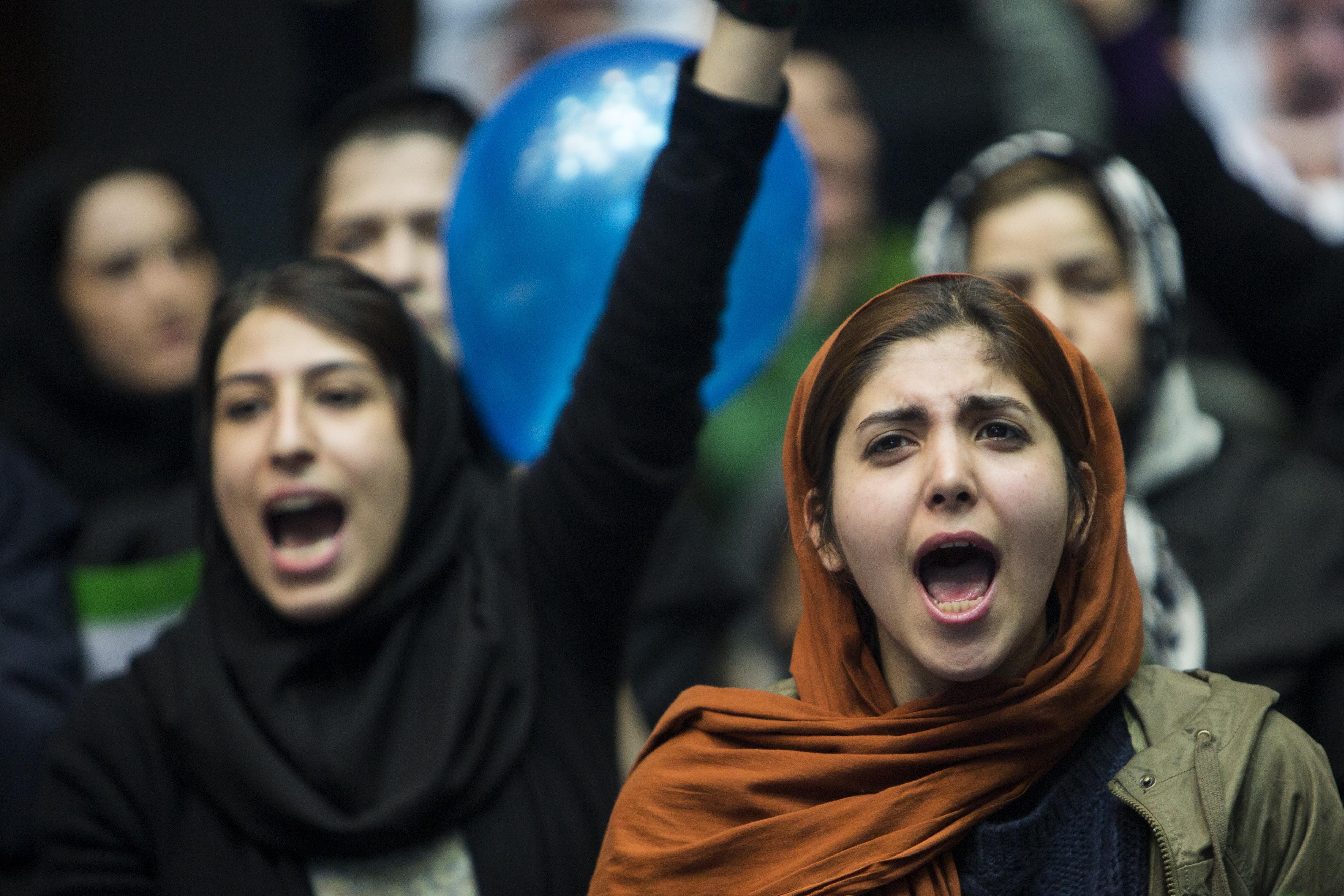 Teheránban mostantól nem zárják be a nőket, ha megsértik a muszlim öltözködési előírásokat