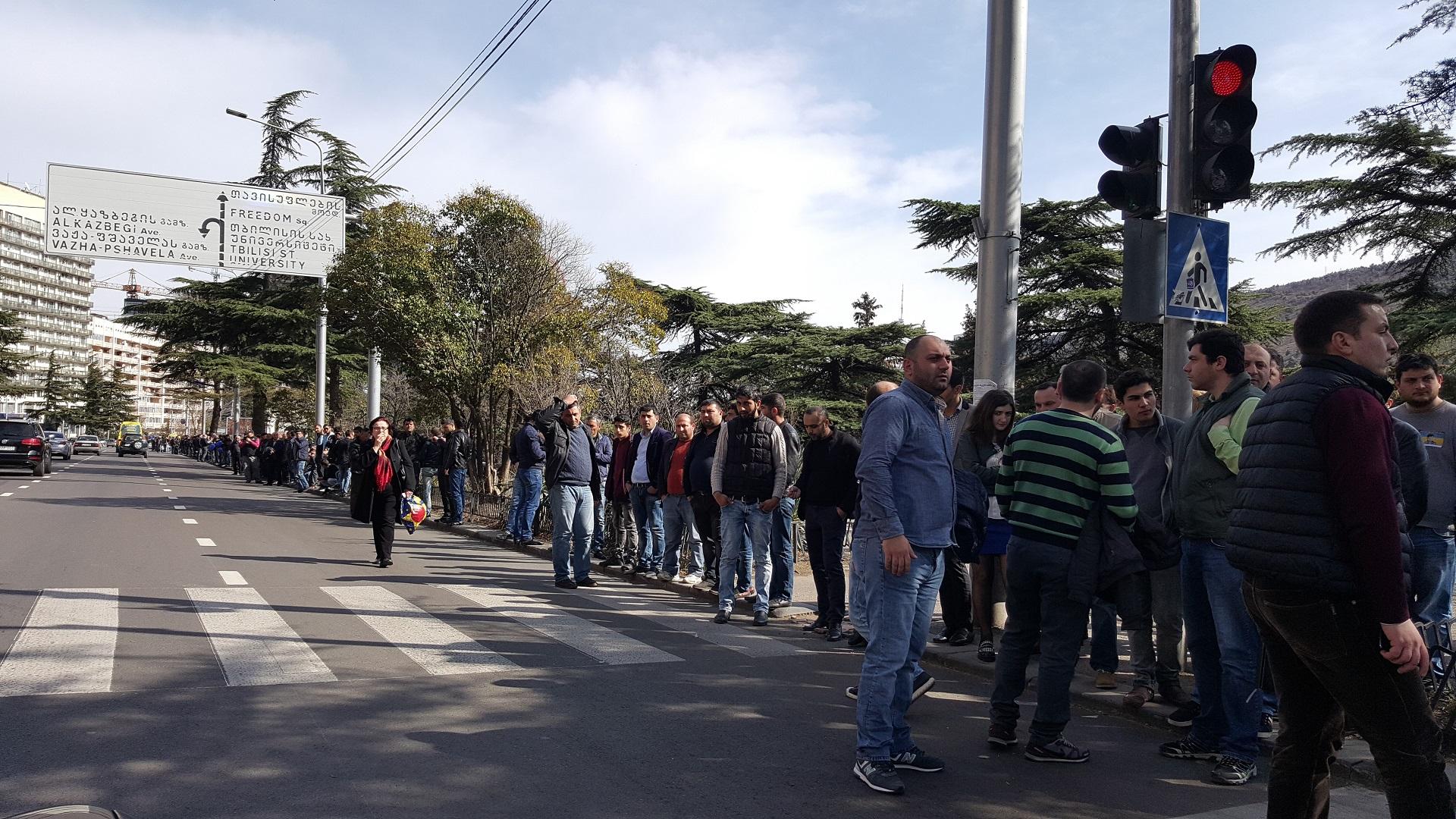 7 km-es élőlánccal tüntettek Georgiában a Gazprom ellen