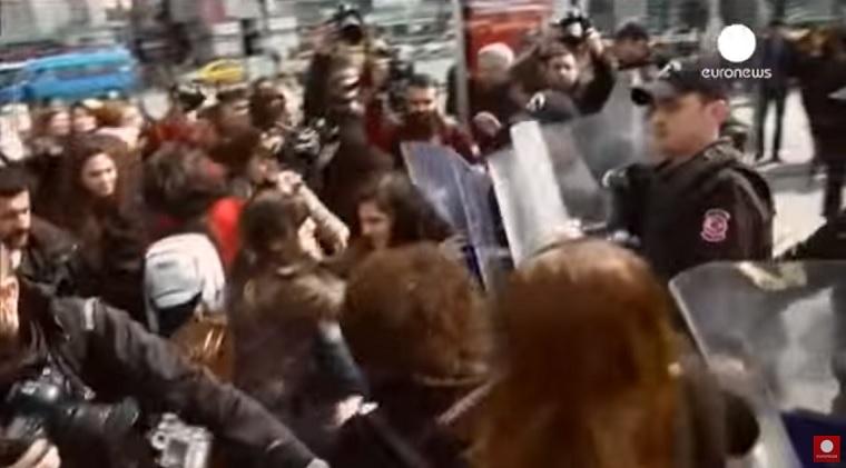 Gumilövedékekkel oszlatta fel a török rendőrség a nőnapi felvonulást