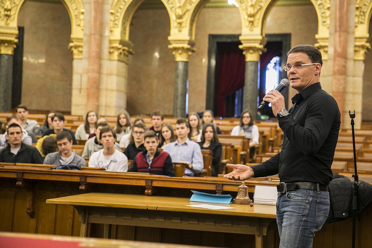 Miattuk lett könnyebb észrevétlenül ellopni a közpénzt Magyarországon