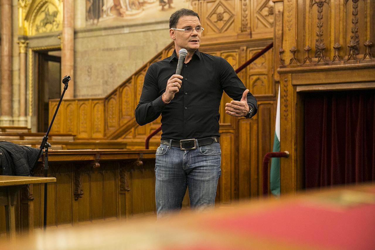 Bánki Erik megpróbálta keresztülokoskodni a műsorvezetőn, hogy a Professzorok Batthyány Köre nem mondta, hogy intézményesült Magyarországon a korrupció