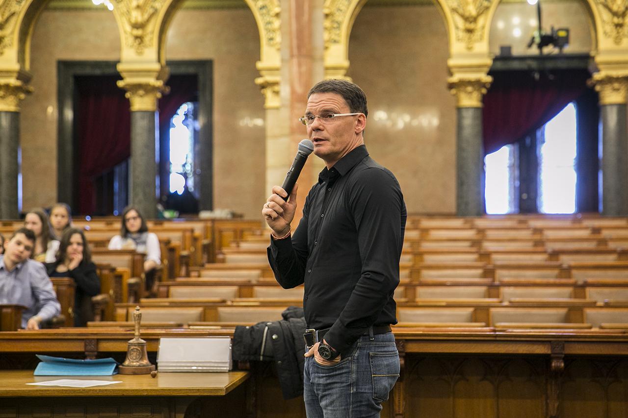 A fideszes Bánki Erik szerint az egymilliós havi fizetés nem számít kirívónak ma Magyarországon