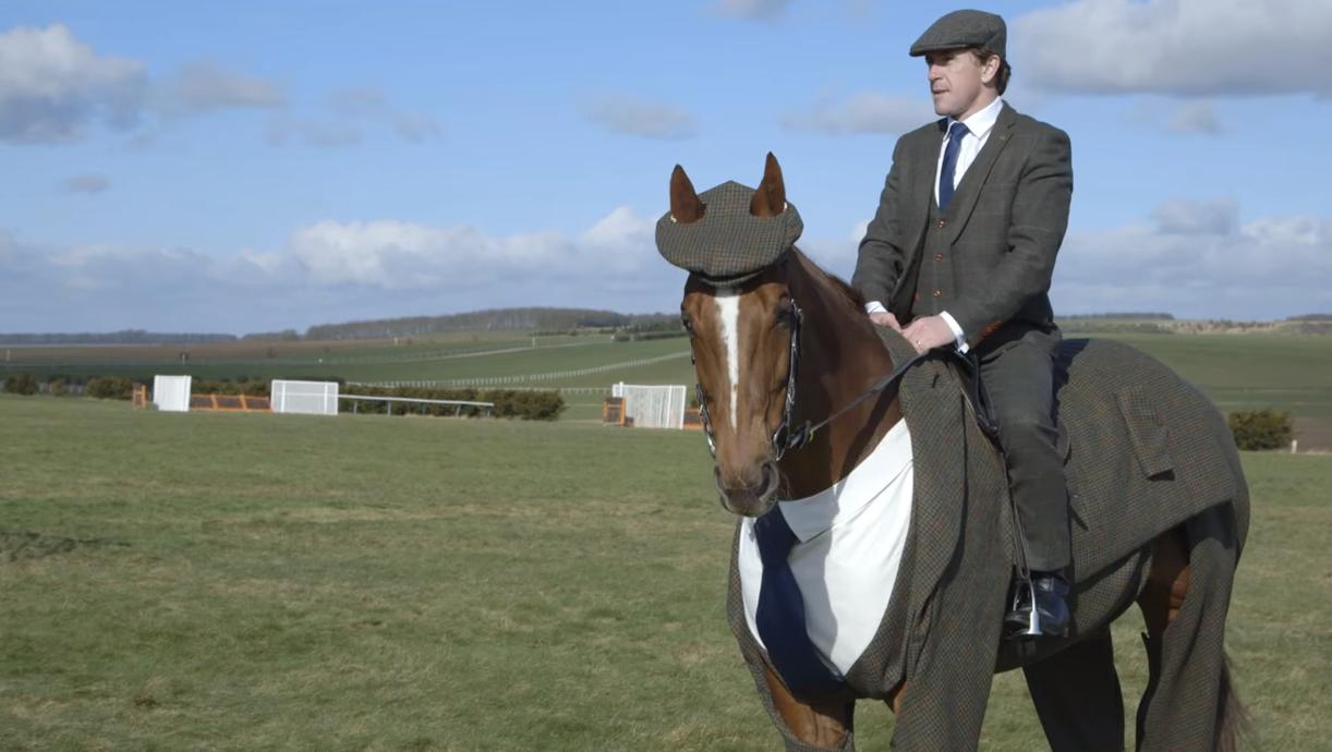 Ez, kérem, egy ló, tweedöltönyben