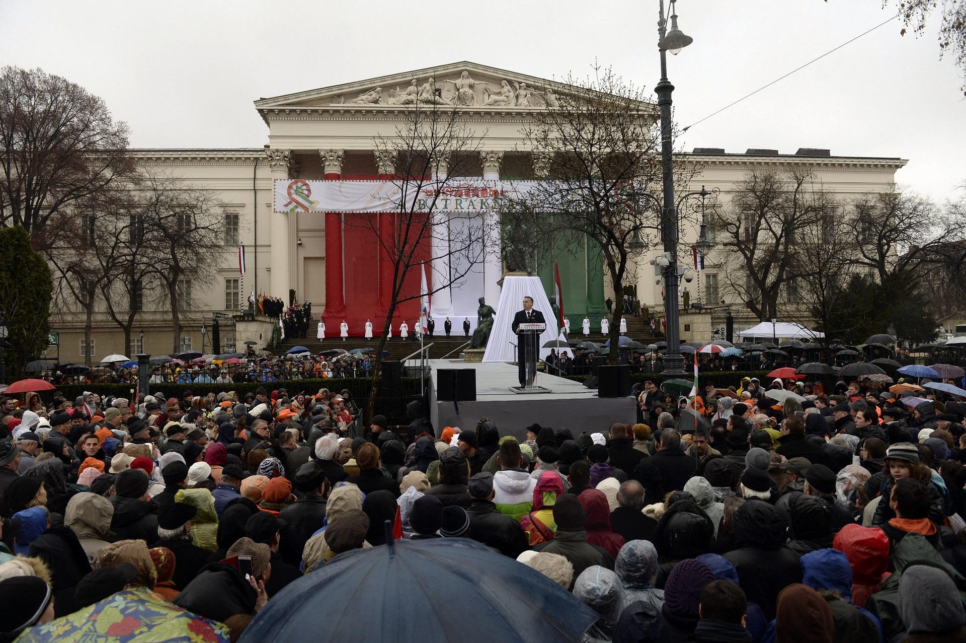 Szétfütyülték Orbán beszédét