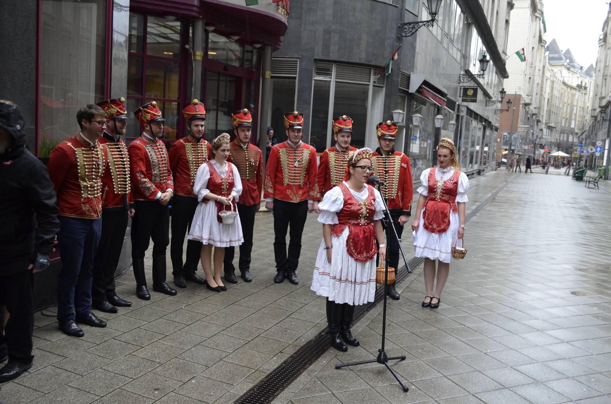 Fidelitasosok huszár- és menyecskeruhában vonultak végig a Váci utcán