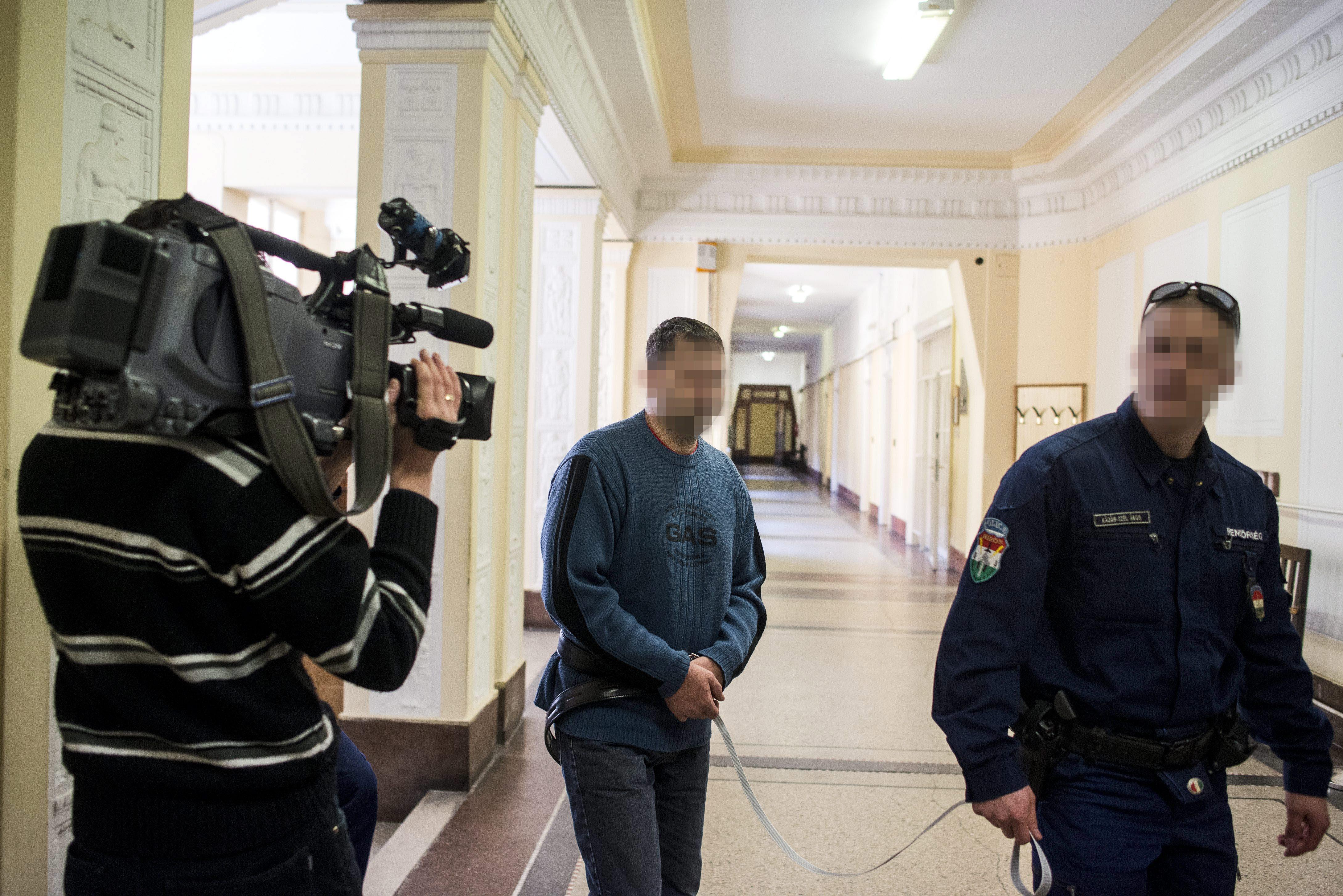 B. János nem emlékszik, hogy Kalasnyikovval lövöldözött az ügyészségen