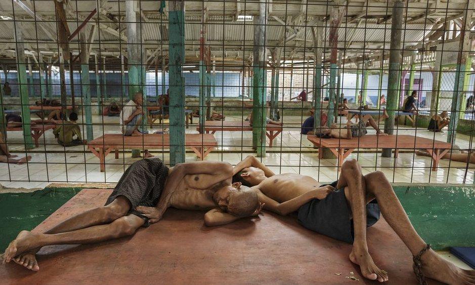 Ketrecben, láncra verve tartják a mentális betegeket Indonéziában