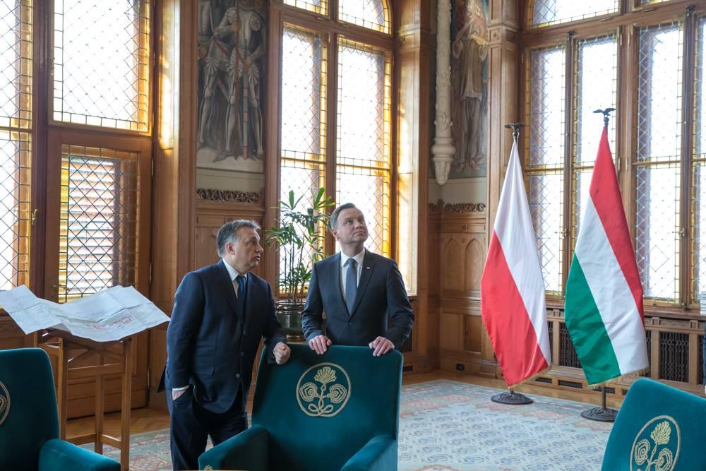 Az Orbán Viktorra szabott Budai Vár tervrajza van kiállítva Orbán dolgozószobájában?