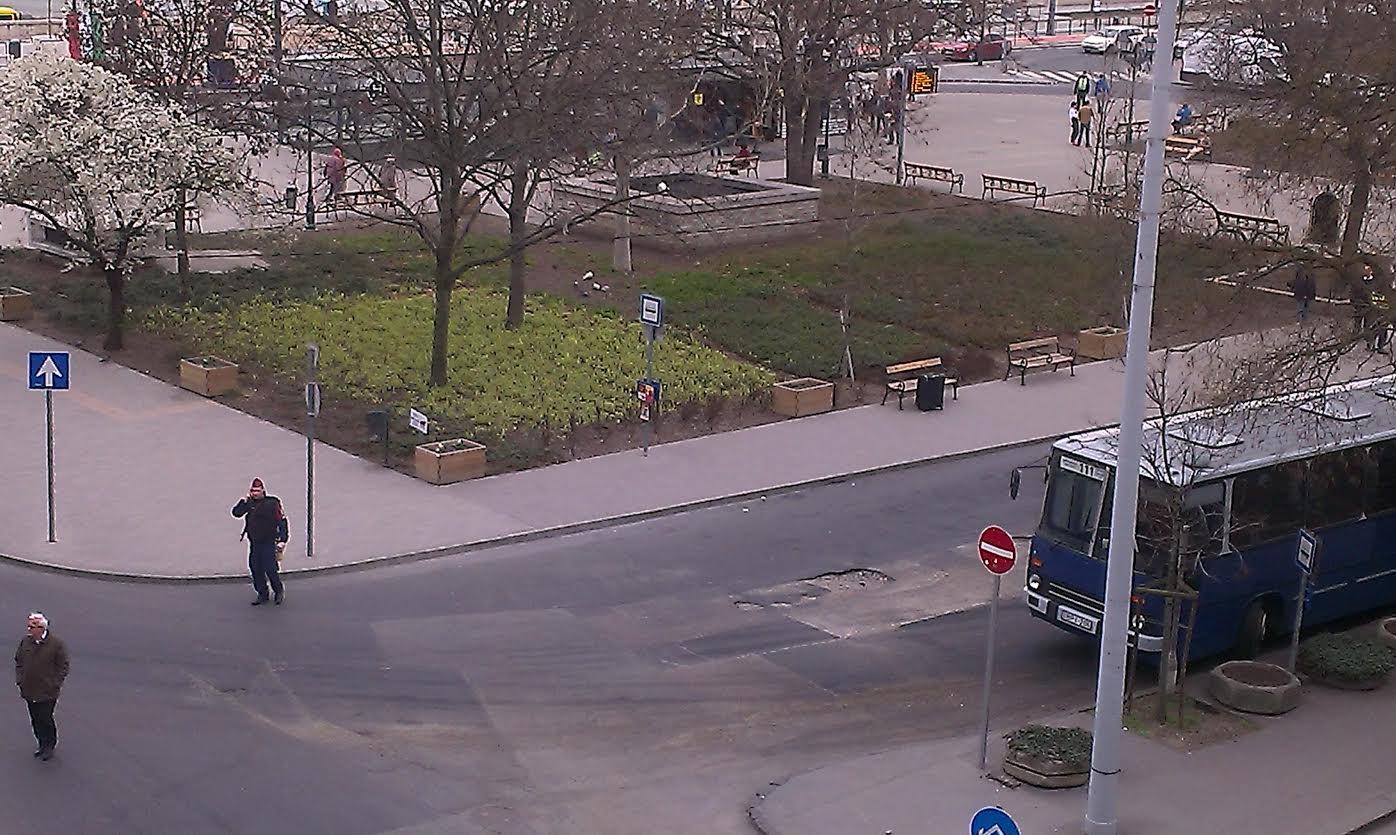 Rendőrök vettek körül egy magányos bőröndöt a Batthyány téren