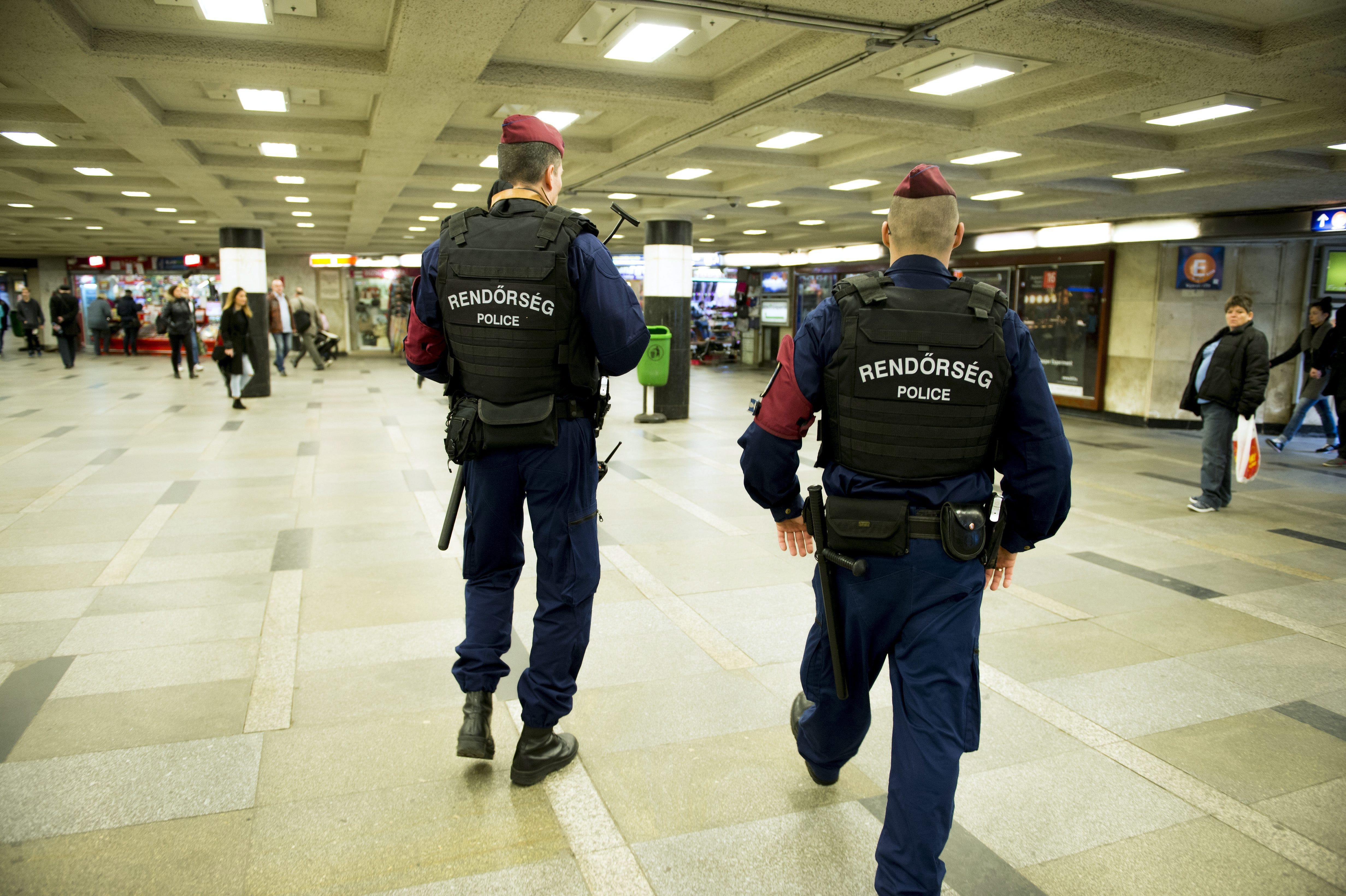 A parlament előtt a terrorveszélyhelyzetről szóló alkotmánymódosítás