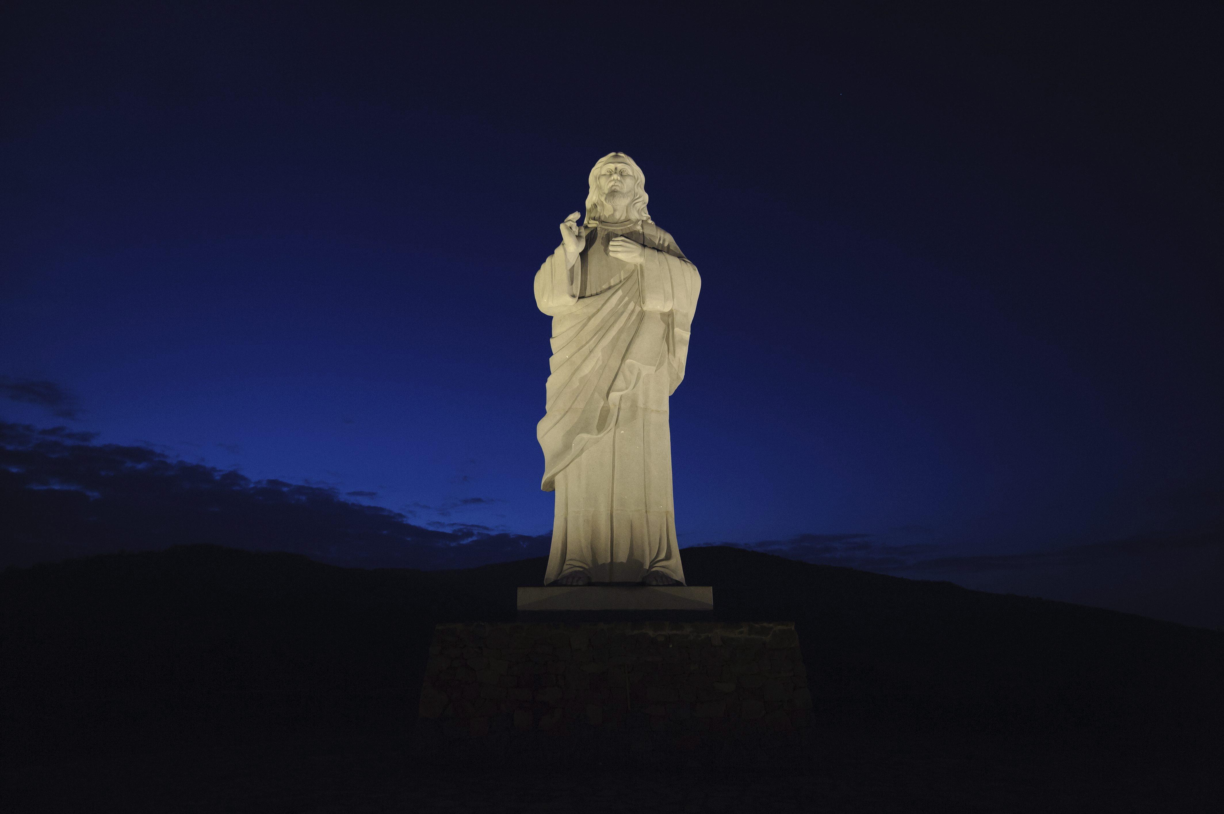 A tarcali Áldó Krisztus szobor pirkadatkor