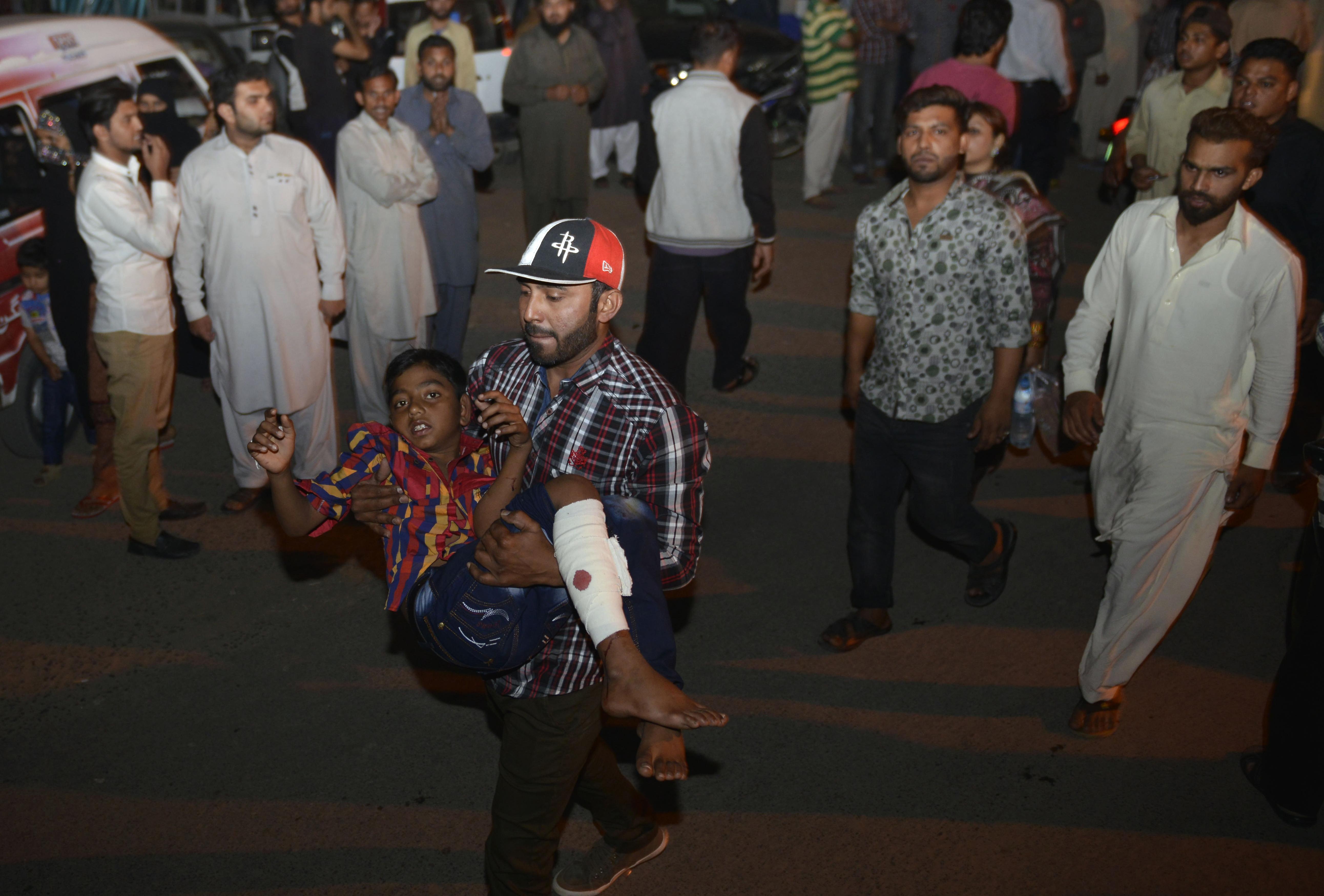 Játszótér mellett robbantottak Pakisztánban, több mint 60 áldozata van a merényletnek
