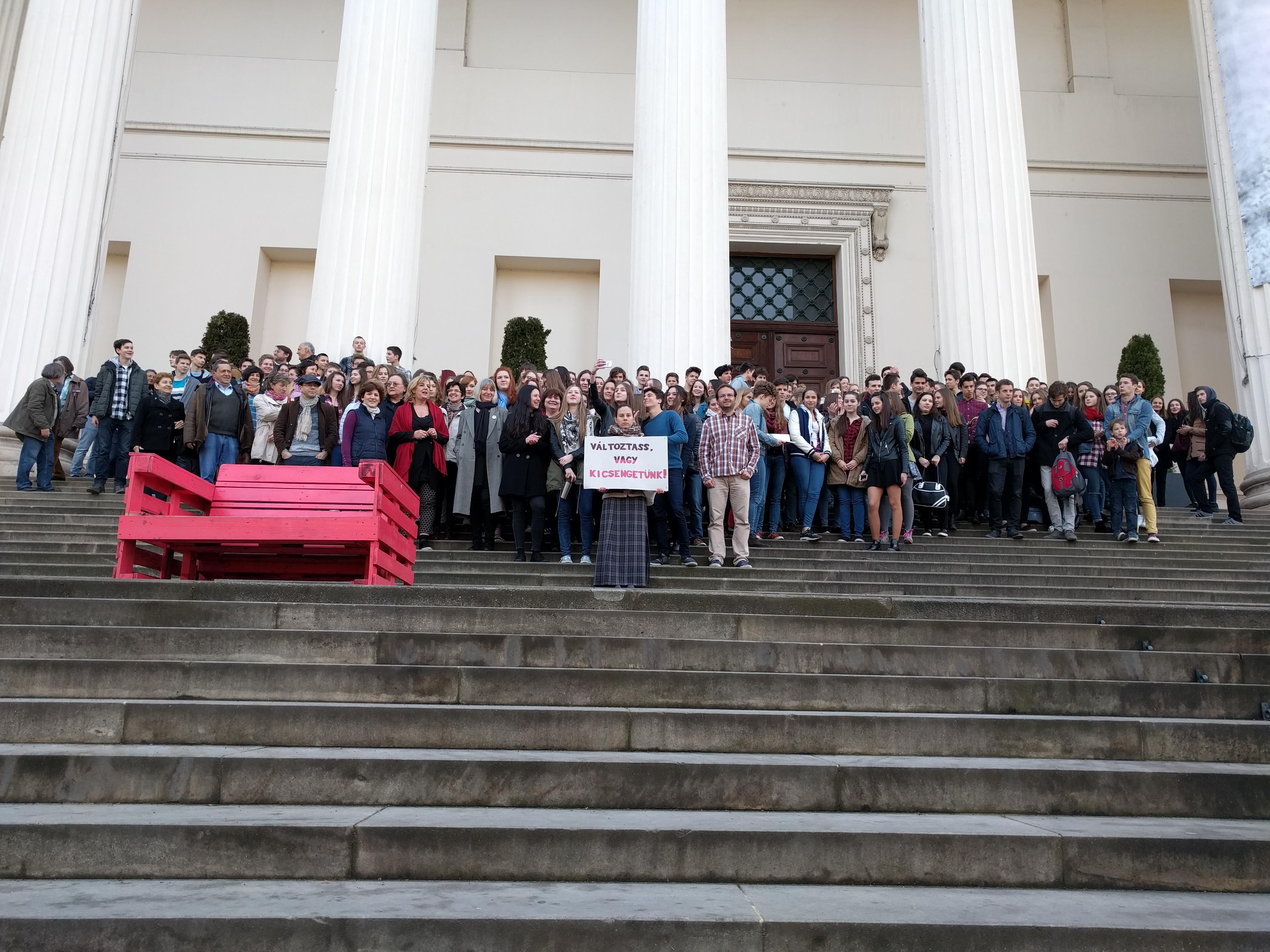 A Nemzeti Múzeum lépcsőjére vonultak a trefortos diákok