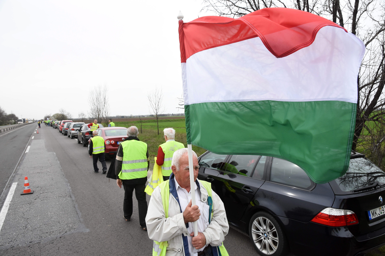 Az MSZP forgalomlassító demonstrációt tartott a 4-es főúton
