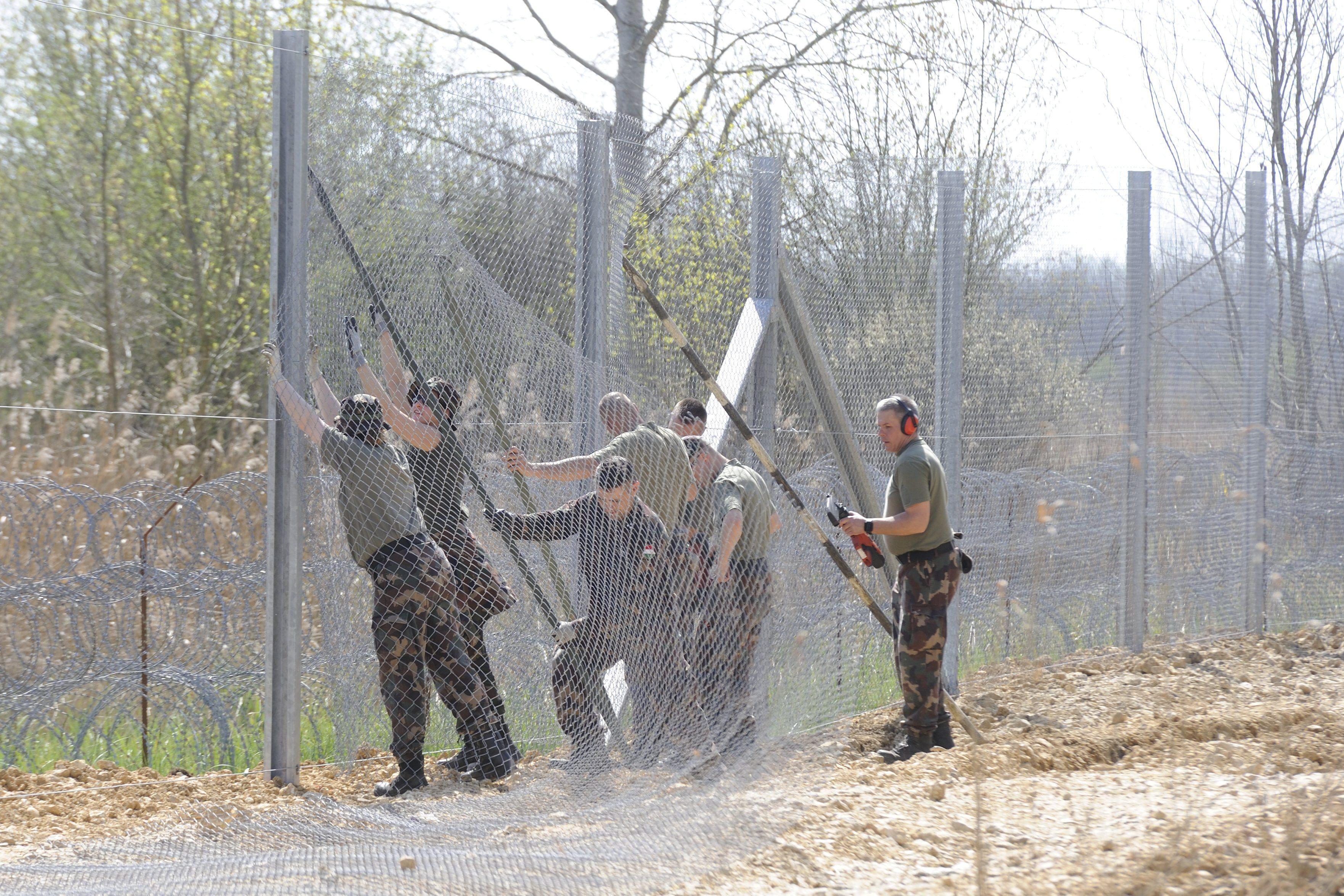 Arra kényszerítik a győri közmunkásokat, hogy katonai toborzásra menjenek